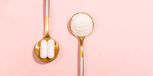 two spoons one with powder and one with capsules to show how collagen can be taken