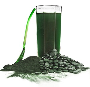 image of a drink made from spirulina and spirulina tablets and powder